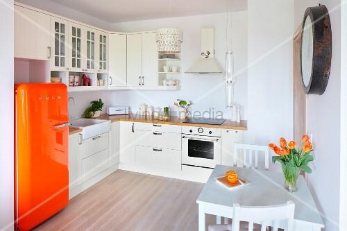 Retro Kühlschrank Orange : Weisse offene einbauküche mit orangefarbenem retro kühlschrank
