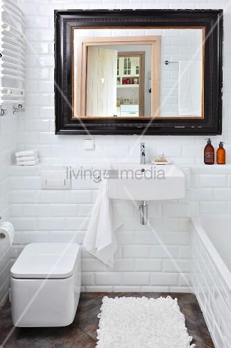 weisse u bahn fliesen in kleinem badezimmer wandspiegel mit schwarzen vintagerahmen bild. Black Bedroom Furniture Sets. Home Design Ideas