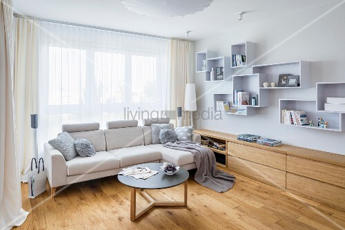 helle couch mit coffeetable vor fenster neben eingebautem sideboard und systemregal aus. Black Bedroom Furniture Sets. Home Design Ideas