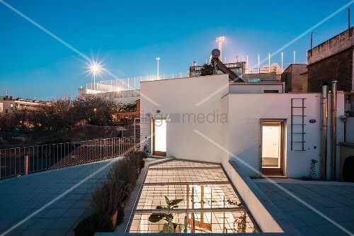 Town house with roof terrace and illuminated courtyard