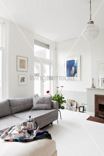 Helles, Modernes Wohnzimmer Im Altbau Mit Grauem Sofa Und Kamin
