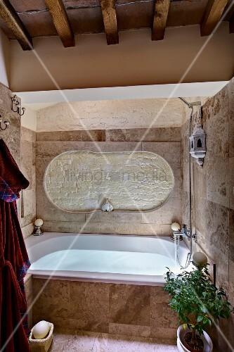 badewanne rustikal, rustikal modernes bad mit holzbalkendecke, eingebaute badewanne mit, Design ideen