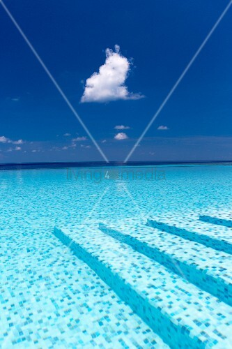 Infinity pool (Maldives)