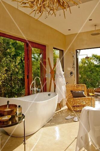 Beig getöntes wohnliches Bad mit freistehender Badewanne und ...