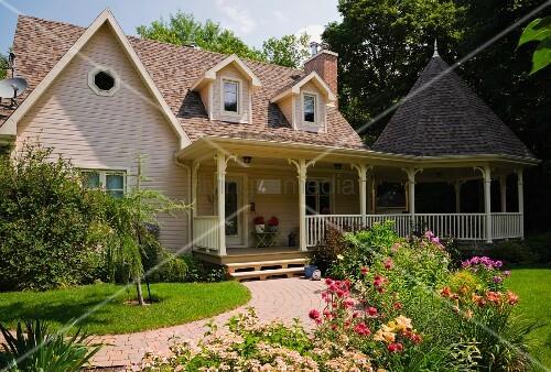 Kanadisches landhaus mit gepflegtem vorgarten bild for Vorgarten inspirationen