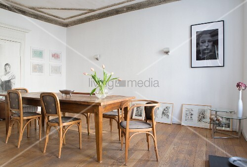 Esszimmer mit antiken Stühlen und Esstisch aus Holz, Bildergalerie am Boden