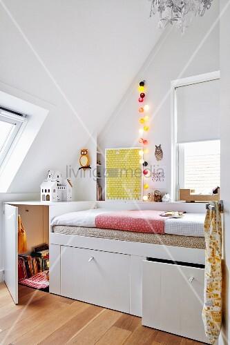 Massgefertigtes Bett Mit Eingebauten Schubladen In Weiss, Im Jugendzimmer  Unter Dachschräge
