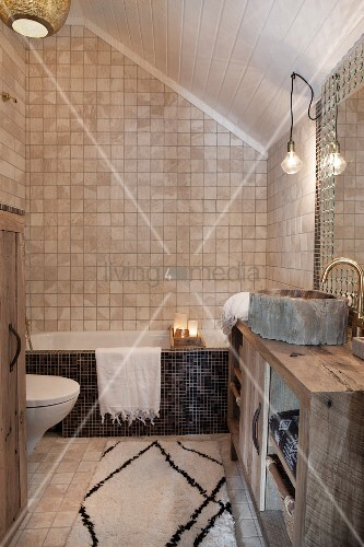 Orientalisches Badezimmer unter dem Dach mit Mosaikfliesen und ...