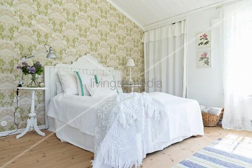 Schlafzimmer im skandinavischen Stil mit grüner Tapete und weißen ...