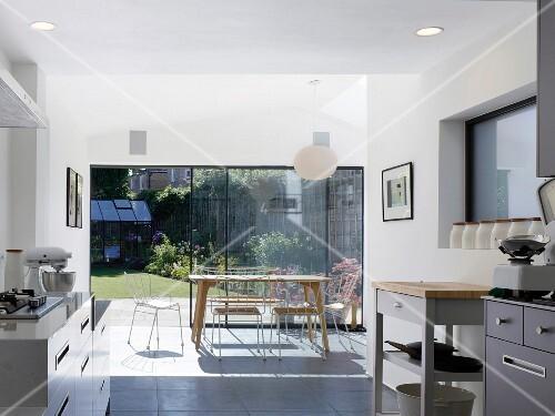 helle k che mit essbereich vor terrassent r bild kaufen living4media. Black Bedroom Furniture Sets. Home Design Ideas