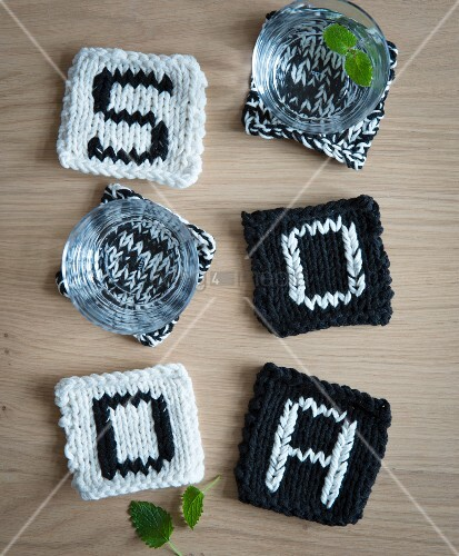 Black-and-white knooked coasters – knitting with a hook