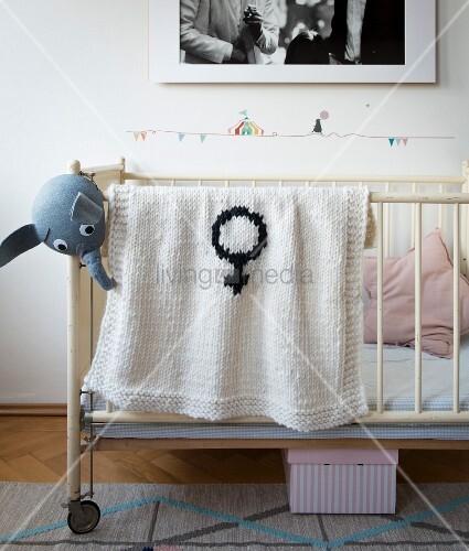 Stricken mit der Häkelnadel: Geknookte Babydecke mit Venussymbol