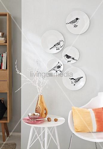 Weisse wandteller mit vogel tattoos verziert bild kaufen living4media - Flecken weisse wand entfernen ...