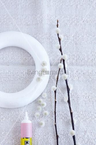 Bastelutensilien für Weidenkätzchenkranz