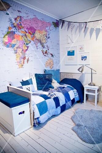 kinderzimmer in blaut nen mit weltkarte bild kaufen 11423388 living4media. Black Bedroom Furniture Sets. Home Design Ideas