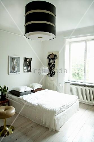 Helles Schlafzimmer mit großer Retro-Lampe