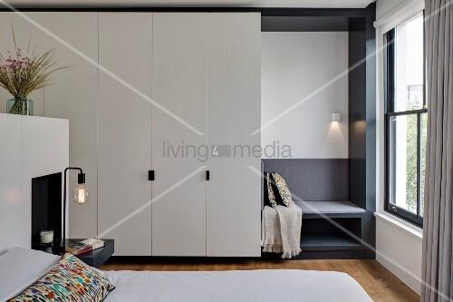 Weißer Schlafzimmer-Einbauschrank mit maßgefertigter Polstersitzbank ...