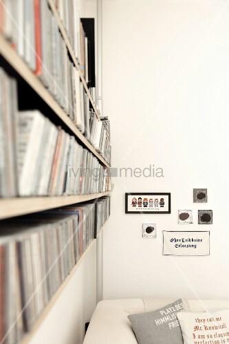 Regal Mit Umfangreicher CD Sammlung über Sofa Im Wohnzimmer