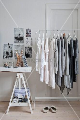 Nach Farben sortierte Kleidung an einem Kleiderständer