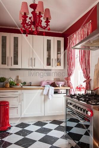 Schachbrettfliesen, Rot Weiss Karierte Vorhänge Und Poppiger Kronleuchter  In Weisser Küche