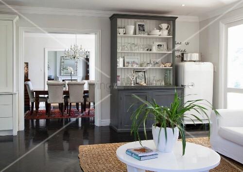 Retro Kühlschrank Ch : Geschirrschrank mit offenen fächern und retro kühlschrank vorne