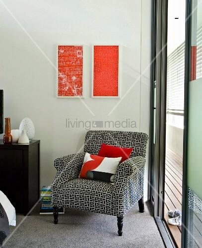 Vintage Sessel Mit Schwarz Weiss Gemustertem Bezug Vor Wand Mit Modernen  Bildern