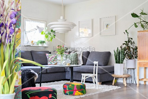 Wohnzimmer Im Skandinavischen Stil Mit Bunten Accessoires
