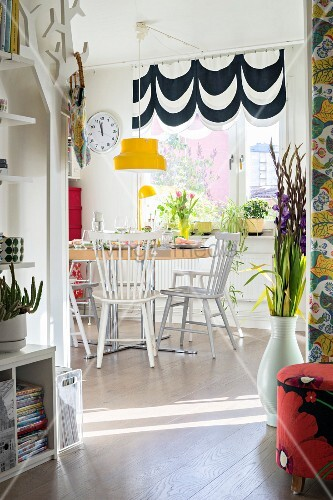 Colourful accessories in Scandinavian-style dining room