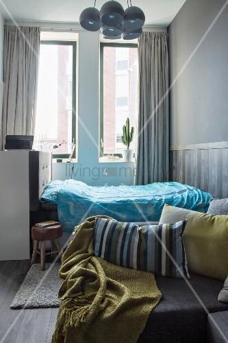 Bett Unterm Fenster blick vom sofa auf ein bett in einer nische unterm fenster bild