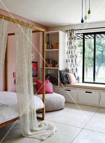 Sitzbank Fenster himmelbett mit holzgestell gegenüber regal und sitzbank vor fenster