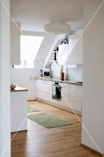 Blick In Die Offene Küche Mit Dachschräge