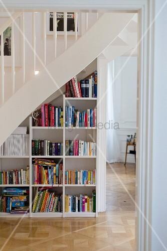 Bücherregal unter einer Treppe