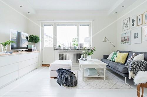 Helles Wohnzimmer Mit Blick Auf Fenster Bild Kaufen