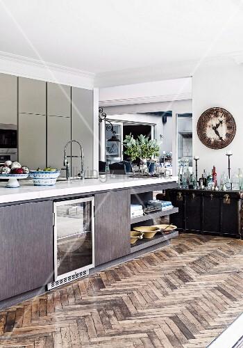 Moderne Kücheninsel mit Glastür und integriertem Eckregal auf ...