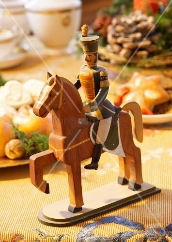 historisches weihnachtsspielzeug aus holz ein soldat auf einem pferd bild kaufen living4media. Black Bedroom Furniture Sets. Home Design Ideas