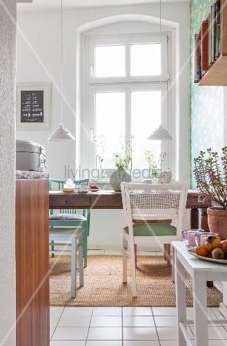 Essplatz in Altbau-Küche mit Vintage-Möbeln – Bild kaufen – living4media
