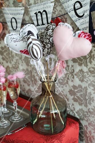 Stoffherzen am Stiel als Deko für eine Valentinstagsparty