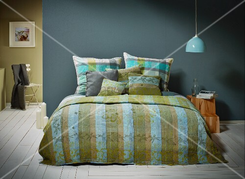 Bed linen in harmonious mixture of patterns in shades of blue and green
