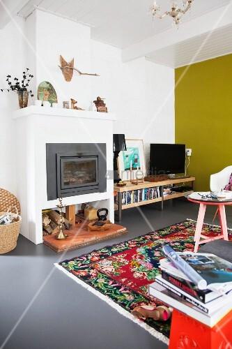 Farbenfrohes Wohnzimmer Mit Gelber Wand Und Buntem Teppich