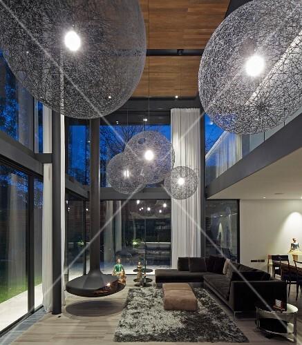 Futuristisches wohnzimmer mit doppelter raumh he - Doppeltur wohnzimmer ...