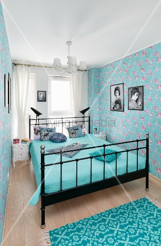 blaues schlafzimmer mit metallbett und bl mchentapete bild kaufen living4media. Black Bedroom Furniture Sets. Home Design Ideas