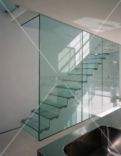 Transparentes Treppenhaus mit Glasabtrennung und Stufen aus Glas ...