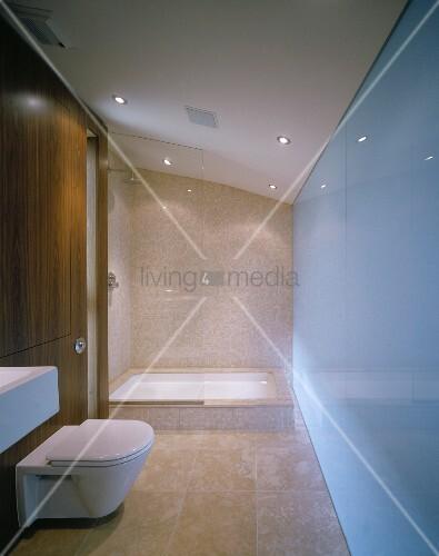 minimalistisches bad mit sandfarbenen boden und wandfliesen und verglastem duschbereich bild. Black Bedroom Furniture Sets. Home Design Ideas