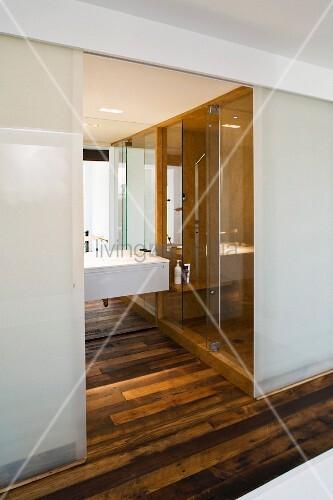 offene schiebet ren aus opakem glas und blick ins. Black Bedroom Furniture Sets. Home Design Ideas