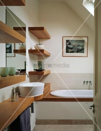 Waschtisch wandborde und wannenrand aus holz in kleinem for Badezimmer klein idee