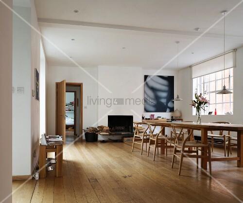 loftartiger wohnraum mit esstisch und klassikerst hlen auf hellem dielenboden bild kaufen. Black Bedroom Furniture Sets. Home Design Ideas