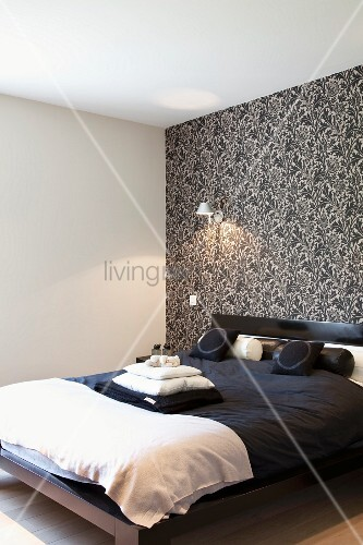 Charmant Schlafzimmer In Schwarz Weiss   Doppelbett Mit Schwarzer Bettwäsche Vor  Wand Mit Schwarz Weiss Gemusterter Tapete
