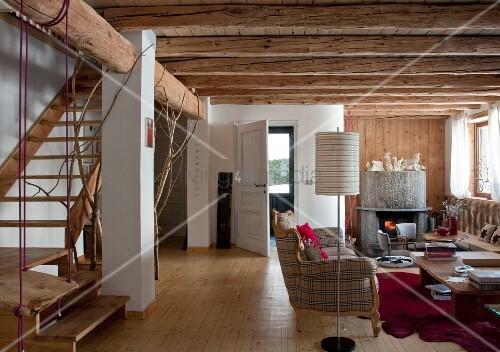 offener wohnraum mit rustikaler holzbalkendecke und treppenaufgang bild kaufen living4media. Black Bedroom Furniture Sets. Home Design Ideas