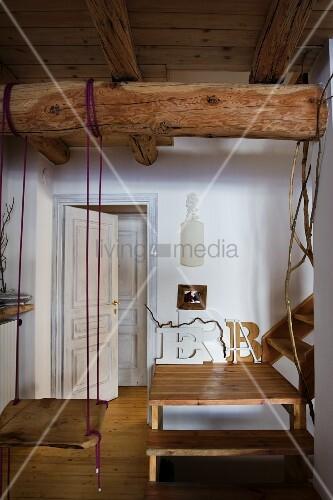 schaukel an holzbalken unter decke befestigt und holztreppe mit podest bild kaufen living4media. Black Bedroom Furniture Sets. Home Design Ideas