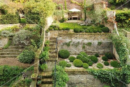 Terrassenf rmig angelegter garten bild kaufen living4media - Backsteinmauer im garten ...